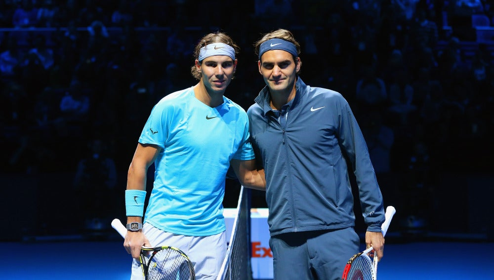 Rafa Nadal y Roger Federer posan antes de jugar un partido