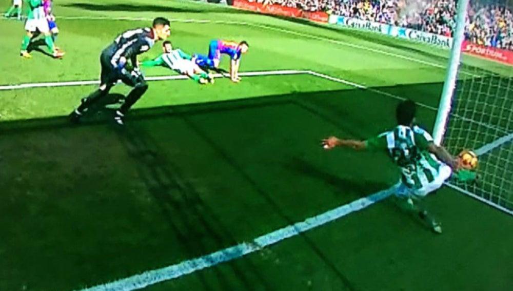 El autogol del Betis que debió subir al marcador ante el Barça