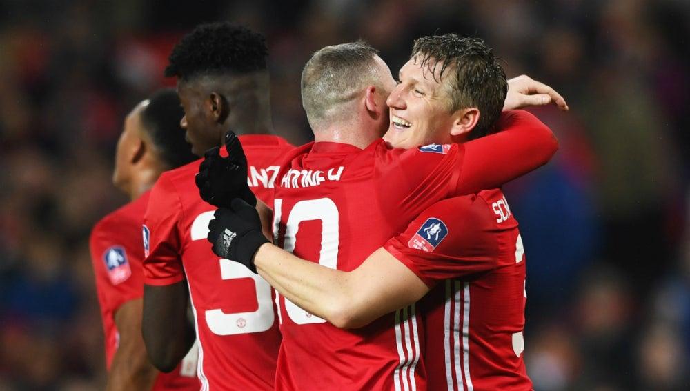 Rooney se abraza a Schweinsteiger