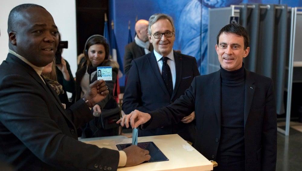 El ex primer ministro y candidart a las primarias socialistas francesas, Manuel Valls, al depositar su voto en un colegio electoral de Evry. al sur de París