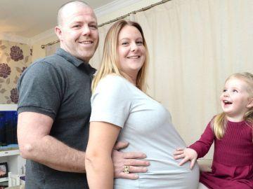 Carla y Paul Crozier junto a su primera hija