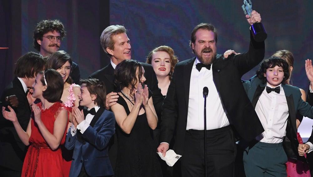 El actor David Harbour, tras recoger el premio al 'mejor elenco' del SAG