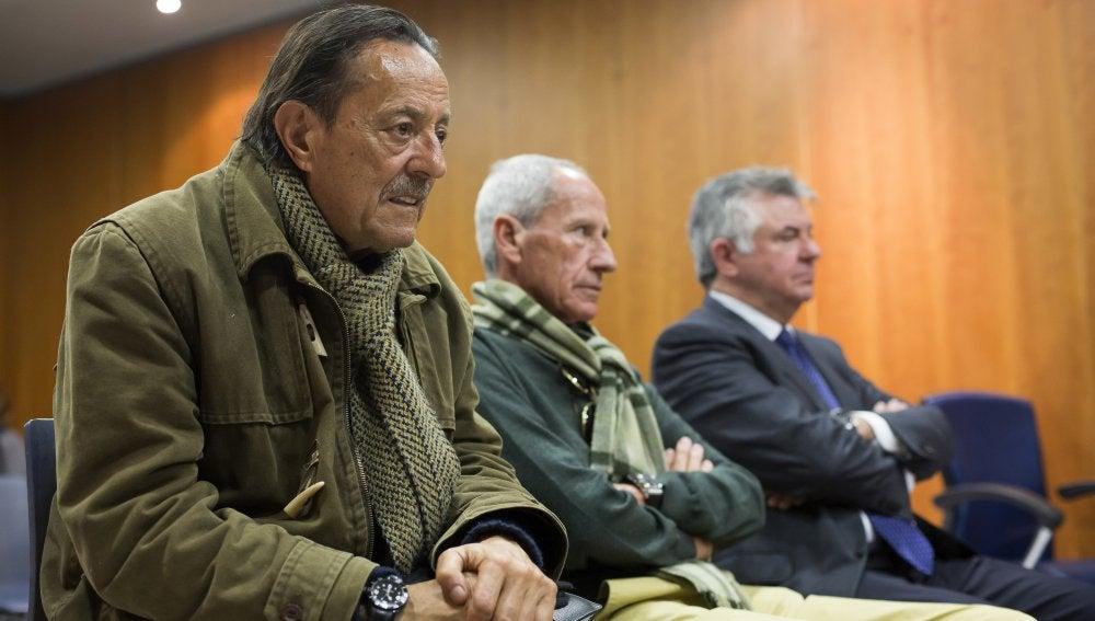 Julián Muñoz y Juan Antonio Roca en el banquillo