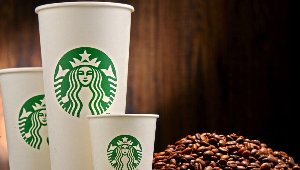 Varios vasos de la empresa Starbucks