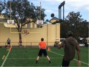 Marquette King lanzando el balón a canasta