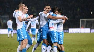 Hamsik y Mertens celebran un gol con sus compañeros
