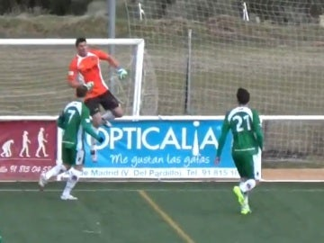 Salva, portero del Pozuelo, celebra su increíble gol