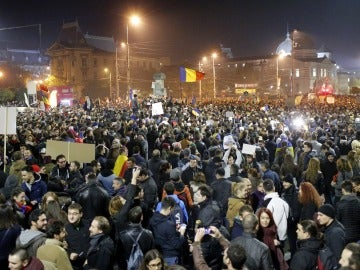 Una multitud protesta en reacción a la corrupción en Bucarest