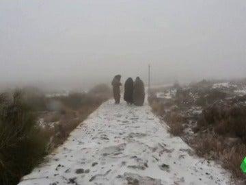 Frame 0.0 de: La nieve cubre el desierto en los Emiratos Árabes Unidos