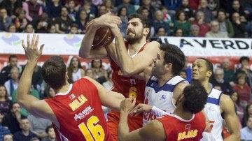Ángel Antelo luchando por un balón