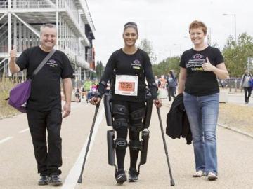 """Una policía vuelve a caminar con un exoesqueleto tras ser arrasada por un conductor temerario: """"Me sentí muy culpable por no poder hacerme cargo de mi hija"""""""