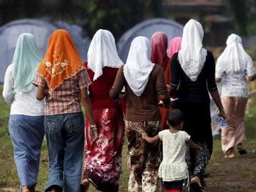 Imagen de archivo de varias mujeres caminando con la cabeza cubierta