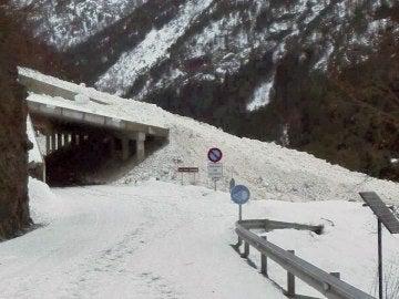 Carretera cerrada por la nieve en Llanos del Hospital