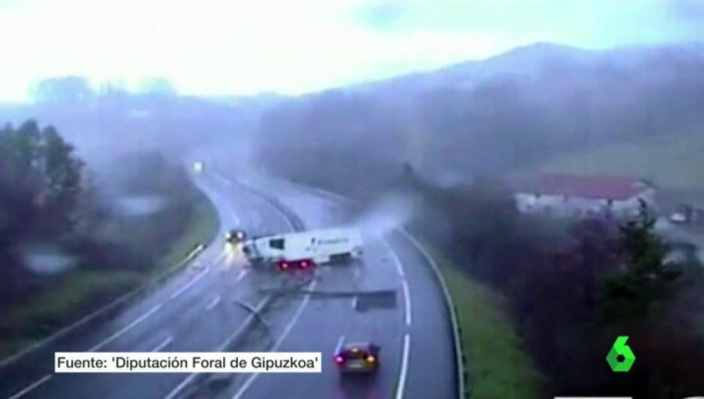 Frame 19.623949 de: accidentes camiones