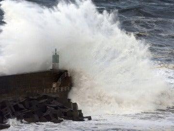 Una ola rompe contra el espigón del puerto de A Garda (Pontevedra)