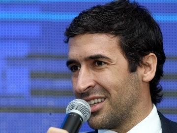Raúl habla con los medios durante un acto de la Liga