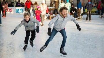 Niños patinando sobre hielo
