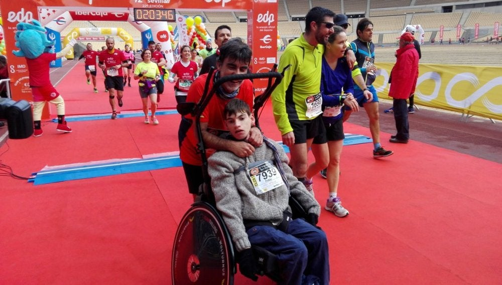José Manuel Roas y su hijo en una maratón