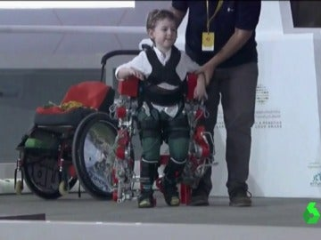 Frame 52.967222 de: El exoesqueleto de Álvaro creado por el CSIC, finalista en 'los Óscars de la Robótica'