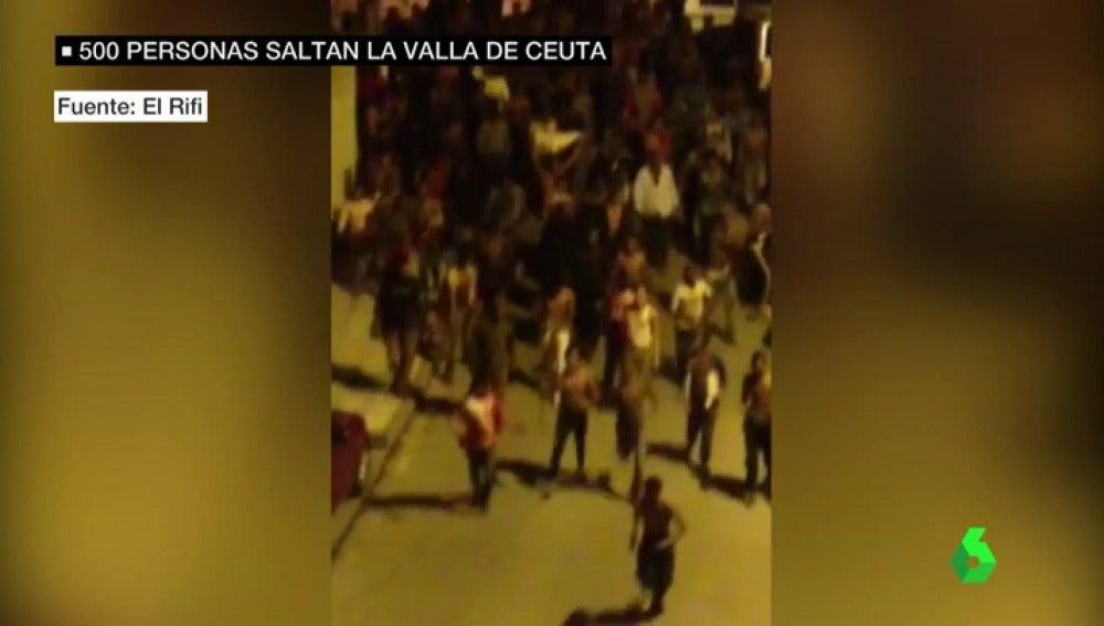 Frame 13.051717 de: Cientos de migrantes entran en Ceuta saltando la valla del Tarajal