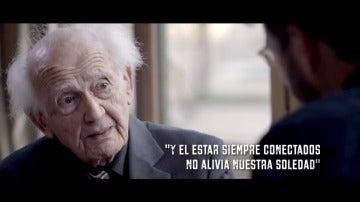 """Frame 76.577097 de: Zygmunt Bauman: """"La gente no sabe el diablo que pone en su bolsillo bajo la forma de un teléfono móvil"""""""