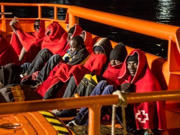 Varios inmigrantes subsaharianos en una embarcación de Salvamento Marítimo