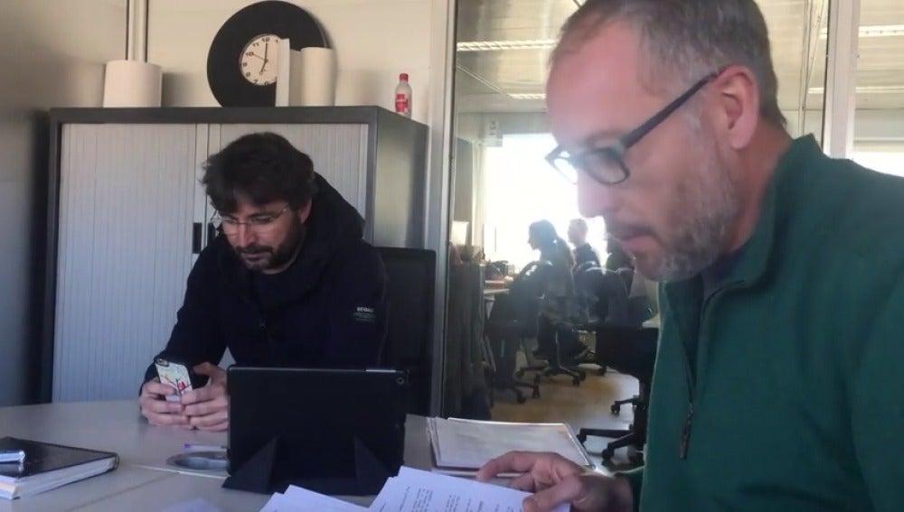 Frame 37.371073 de: El equipo de Salvados 'caza' a Jordi Évole enganchado al smartphone