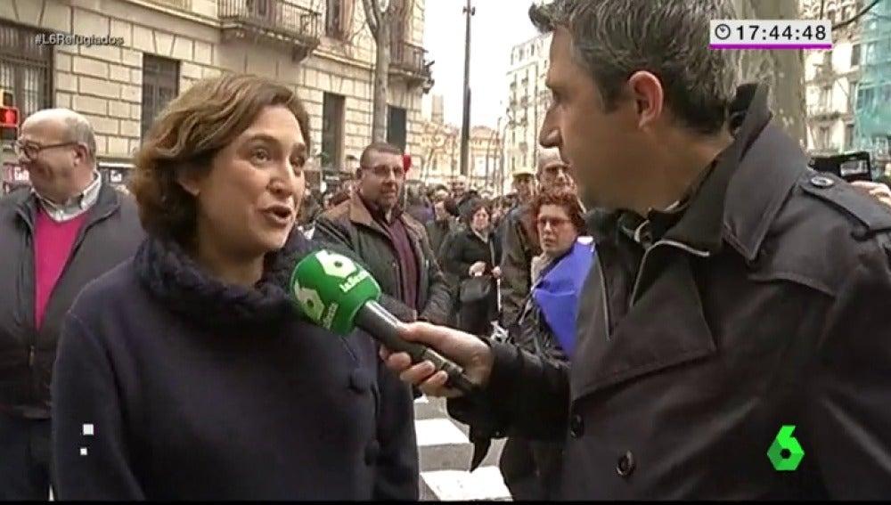 """Frame 9.896753 de: Ada Colau, en la manifestación por la acogida de refugiados: """"Frente a las políticas del miedo y el racismo, apostamos por la vida"""""""