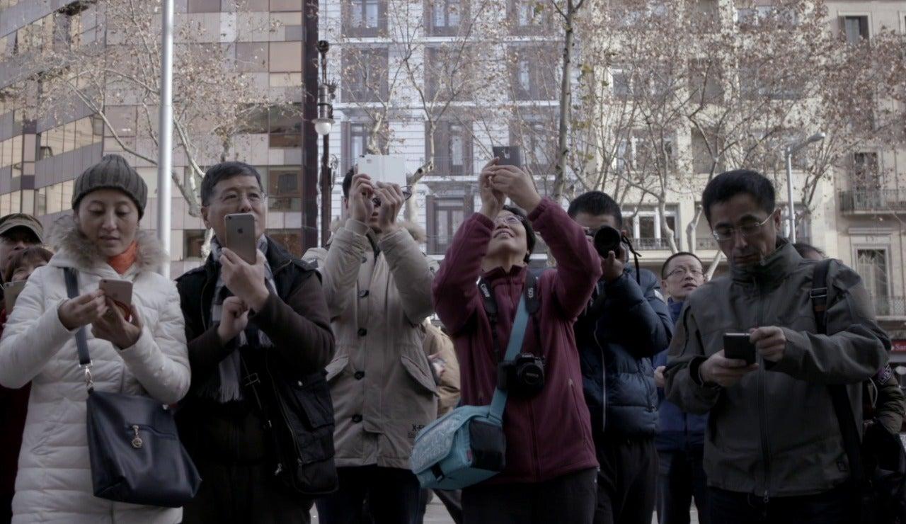 Un grupo de personas usando el teléfono móvil