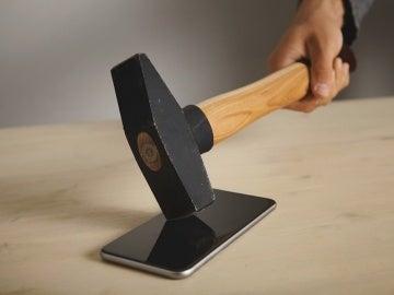 Golpean una pantalla de móvil con un martillo