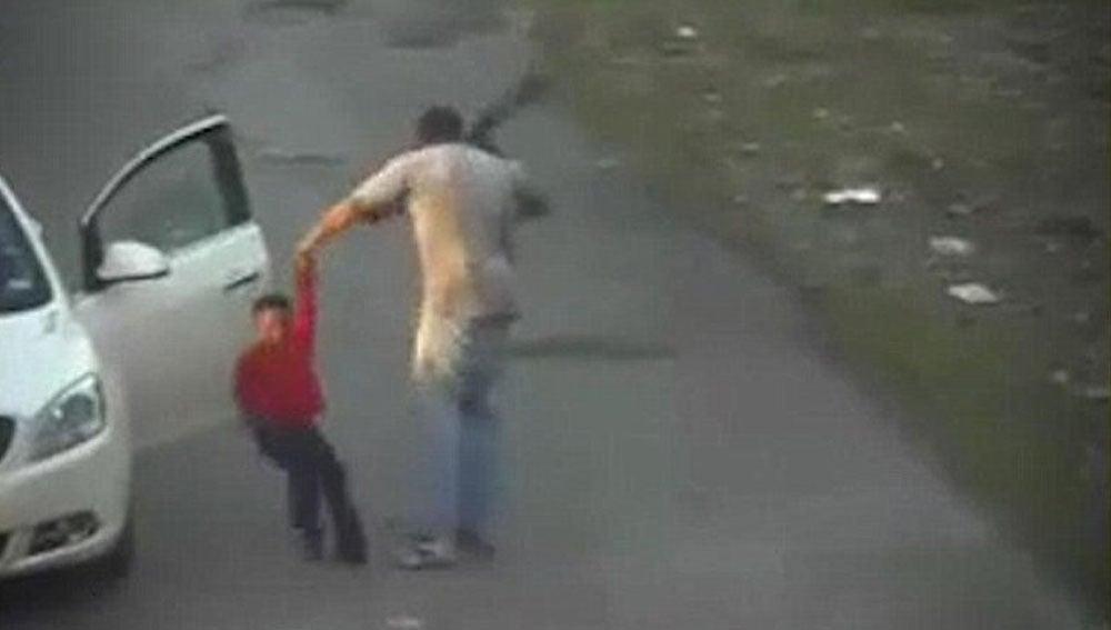 Brutal agresión de un hombre a un menor