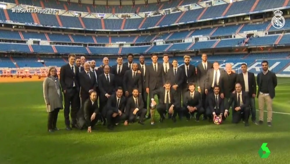 La plantilla del Real Madrid de baloncesto junto a la Copa del Rey