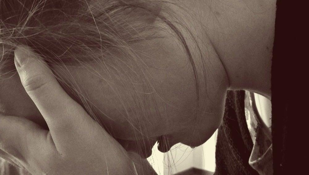 Recreación de una mujer tapándose el rostro