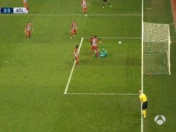 Savic anota en propia puerta el 2-3 para el Bayer Leverkusen
