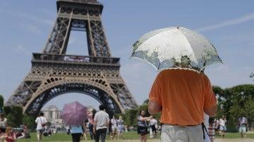 Varios turistas en la Torre Eiffel de París