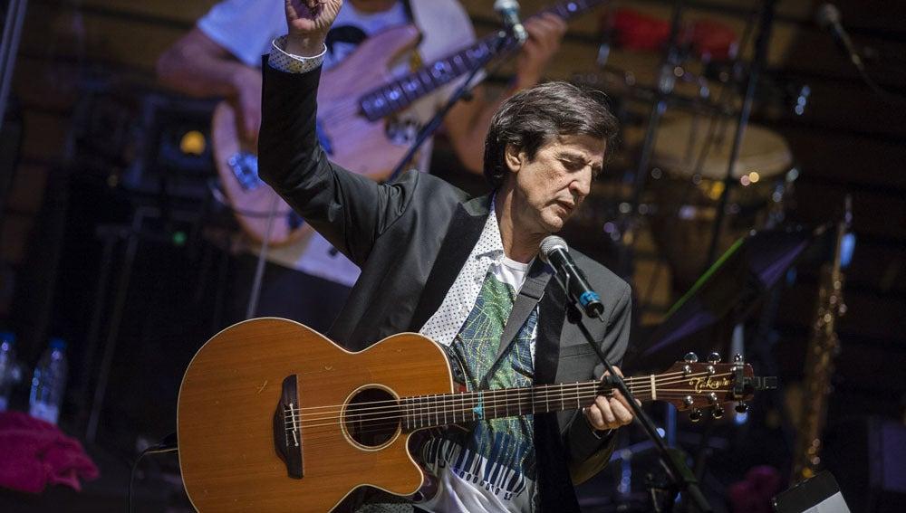 Fotografía de archivo del día 19 de marzo de 2016 del cantante Manolo Tena durante su último concierto