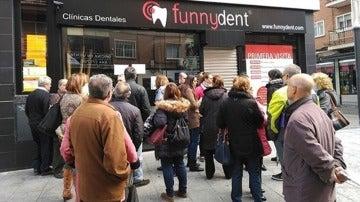 Concentración ante una clínica de Funnydent