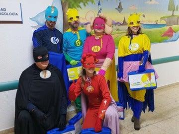 Superhéroes que ayudan a niños con cáncer en el 12 de octubre