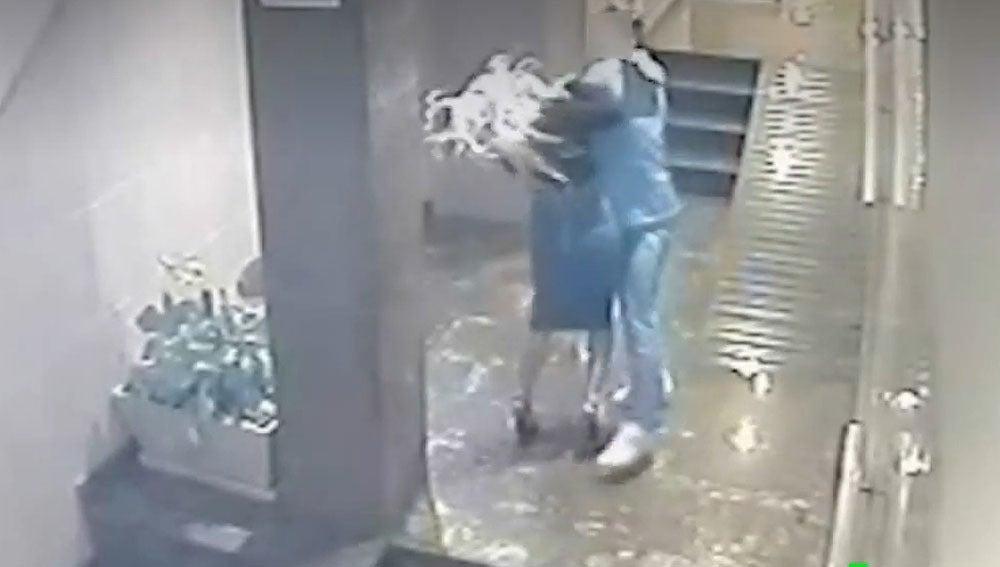 Brutal agresión machista a una mujer en un portal