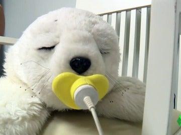 Frame 2.135555 de: 'Amparo', una foca robot que se utiliza en todo el mundo como terapia para personas con autismo y alzheimer