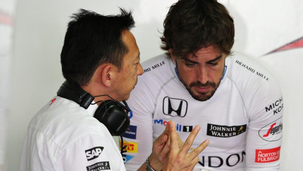 Yusuke Hasegawa conversa con Fernando Alonso en Hockenheim