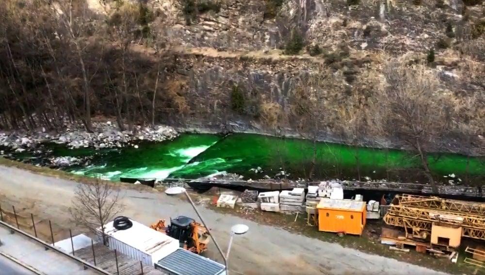 río Valira teñido de verde