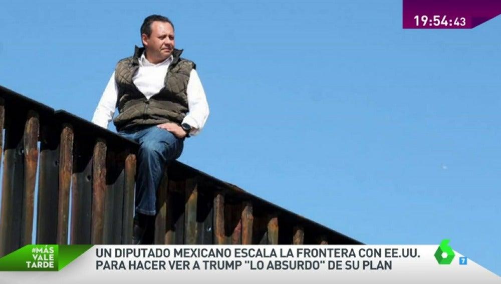 Diputado mexicano escalando el muro fronterizo