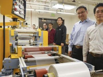 Ingenieros de la Universidad de Colorado con el nuevo material capaz de enfriar