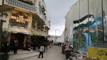 Puerta principal del reivindicativo hotel inaugurado por Banksy en Cisjordania
