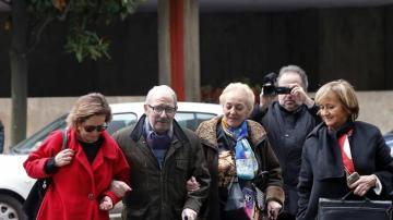 El ex secretario general del SOMA-UGT, José Ángel Fernández Villa, acompañado de su mujer y de su abogada, Ana García Boto