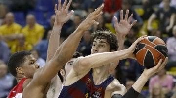 Tomic intenta pasar la bola frente a la presión de jugador del CSKA