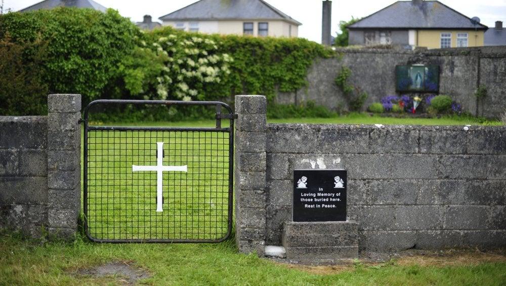 Entrada de una tumba masiva en el Mother and Baby Home en Tuam, Irlanda