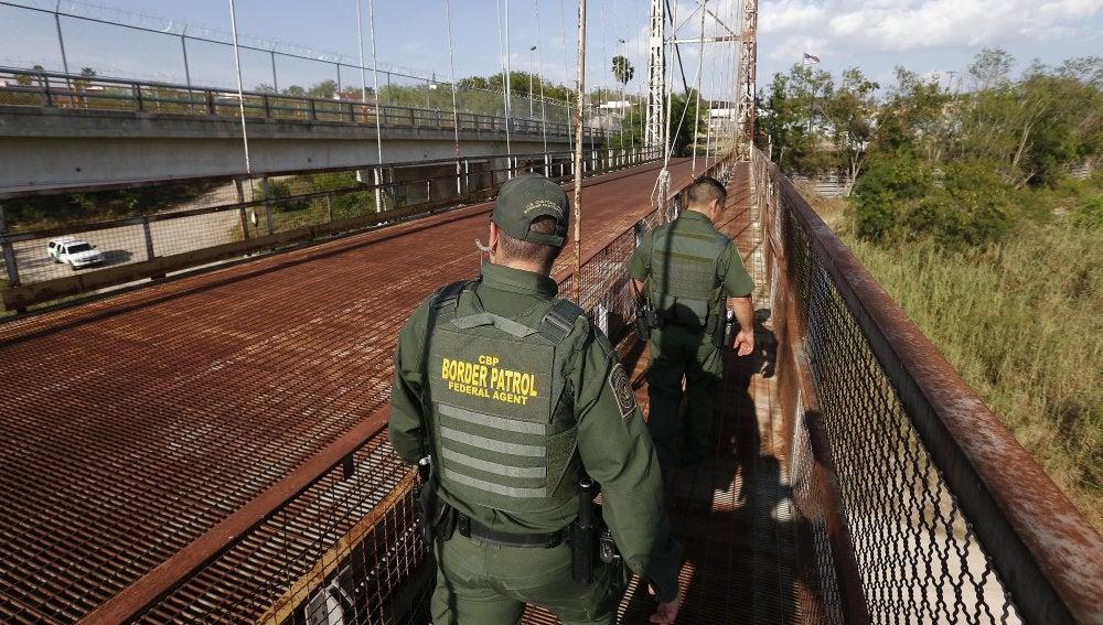 Agentes de la Patrulla de Fronteras de EEUU por la orilla del Río Grande