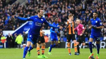 Christian Fuchs celebrando un gol con el Leicester